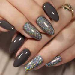 Uñas grises con purpurina
