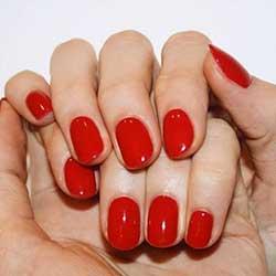 Uñas rojas brillantes
