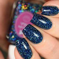Uñas azules con purpurina