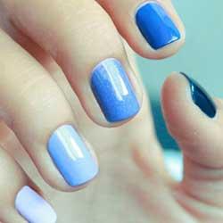 Uñas azules en varios tonos