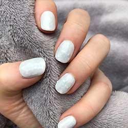 Uñas blancas con brillantes