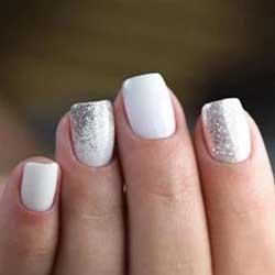 Uñas blancas con purpurina