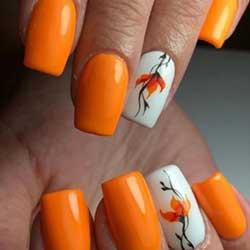 Uñas naranjas con flores